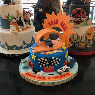 Çevre pastaneleri olarak ''butik pastacılık'' sektörüne Türkiye de ilk giriş yapan kuruluşlardan biri olmak ile birlikte, müşterilerimizin isteklerini büyük bir özen ve alaka içerisinde yerine getirmekteyiz. 1972 yılından beri sizlere sunduğumuz lezzetli pastalarımızı 2012 senesinde Türkiye de yeni yeni duyulmaya başlamış olan butik pasta konsepti ile birleştirdik. 45 senelik tecrübemizi sizlere daima taze,lezzetli ve estetik tasarımlarımız ile zenginleştirerek özel günleriniz de daima yanınız da olmayı temenni ediyoruz.